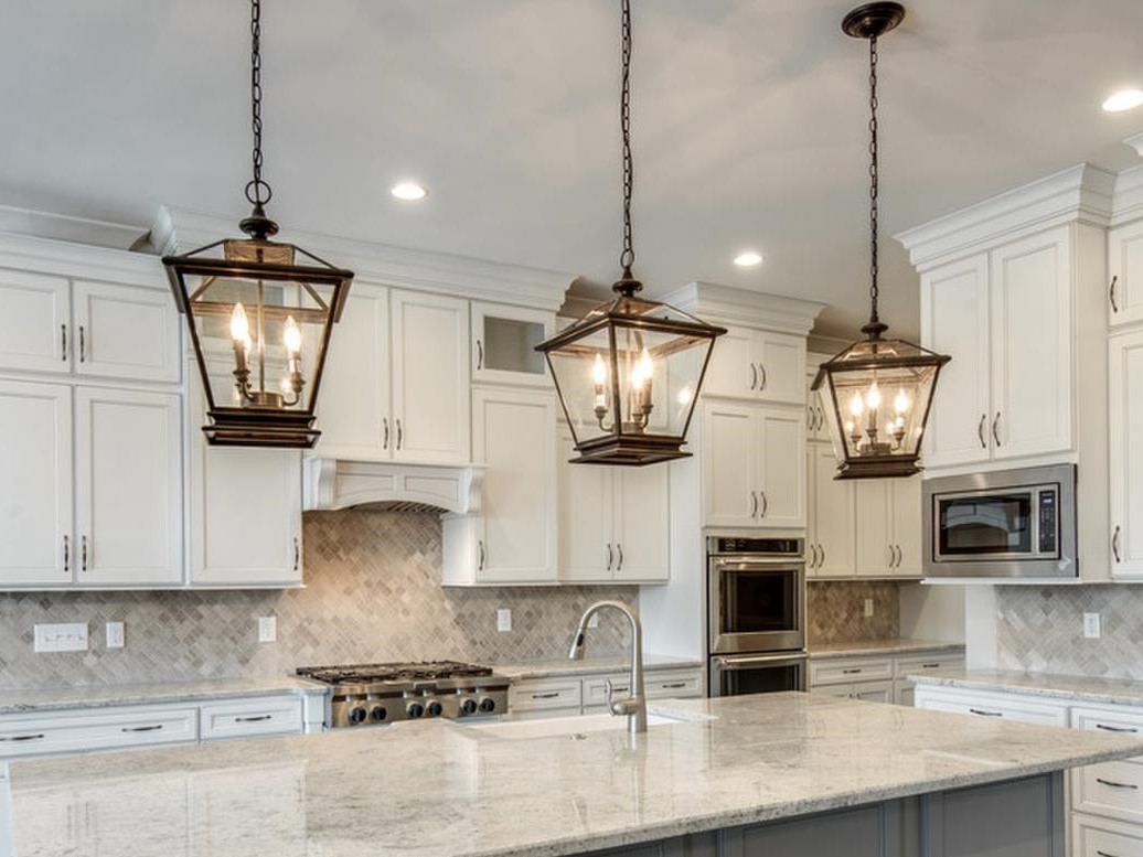 lantern-style-pendant-lights-over-kitchen-island