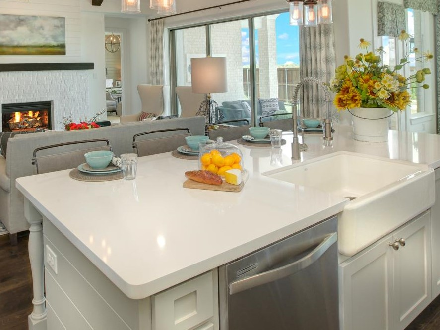 white-kitchen-island-with-farmhouse-sink